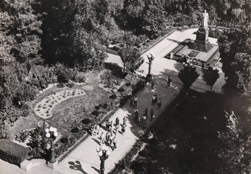 Мариинский парк, памятник генералу Ватутину