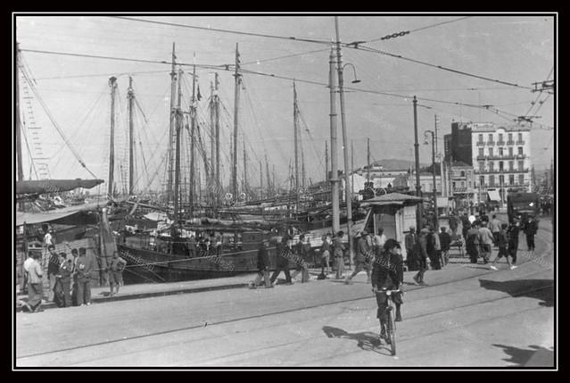 Πειραιάς, Γερμανική Κατοχή, 1941-1944. Το λιμάνι και στο βάθος δεξιά το Μέγαρο των Αφών Γιαννουλάτων στη πλατεία Καραϊσκάκη.