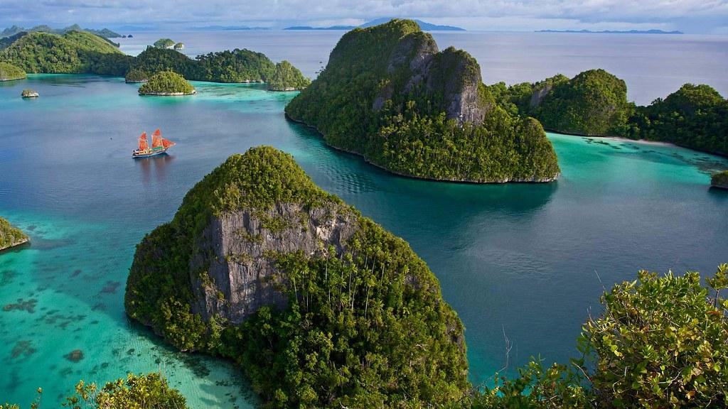 Wayag Islands in the Raja Ampat Islands of Indonesia (© Chris Caldicott/Offset) © (Bing United States)