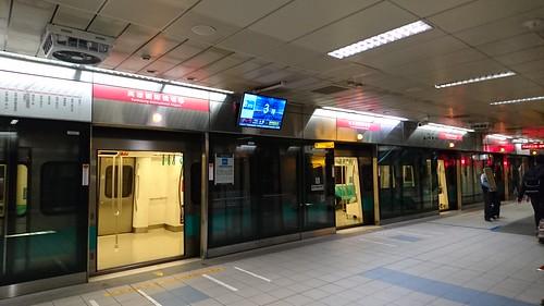 駅のホームドア 201603 台湾 高雄 地下鉄