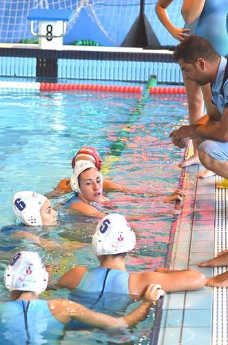 Tiago Santos, técnico del Waterpolo Dos Hermanas con las jugadoras
