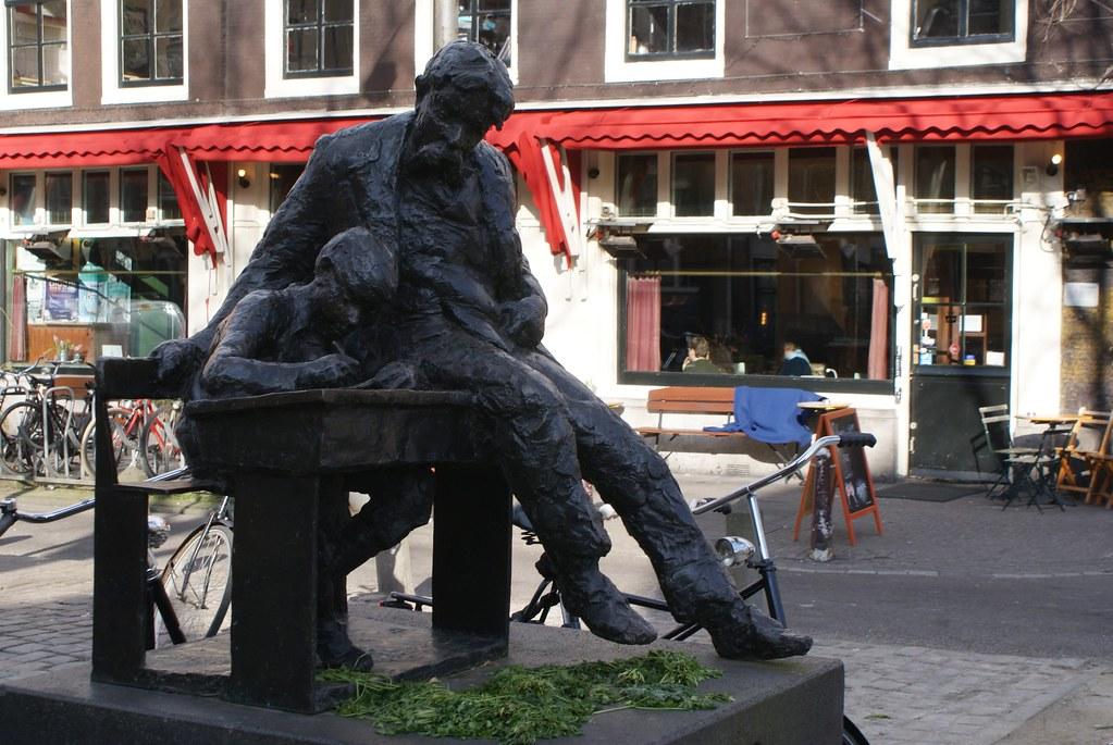 Statue de Theo Thijssen, écrivain, homme politique et pédagogue socialiste. En face du café Thijssen à Amsterdam.