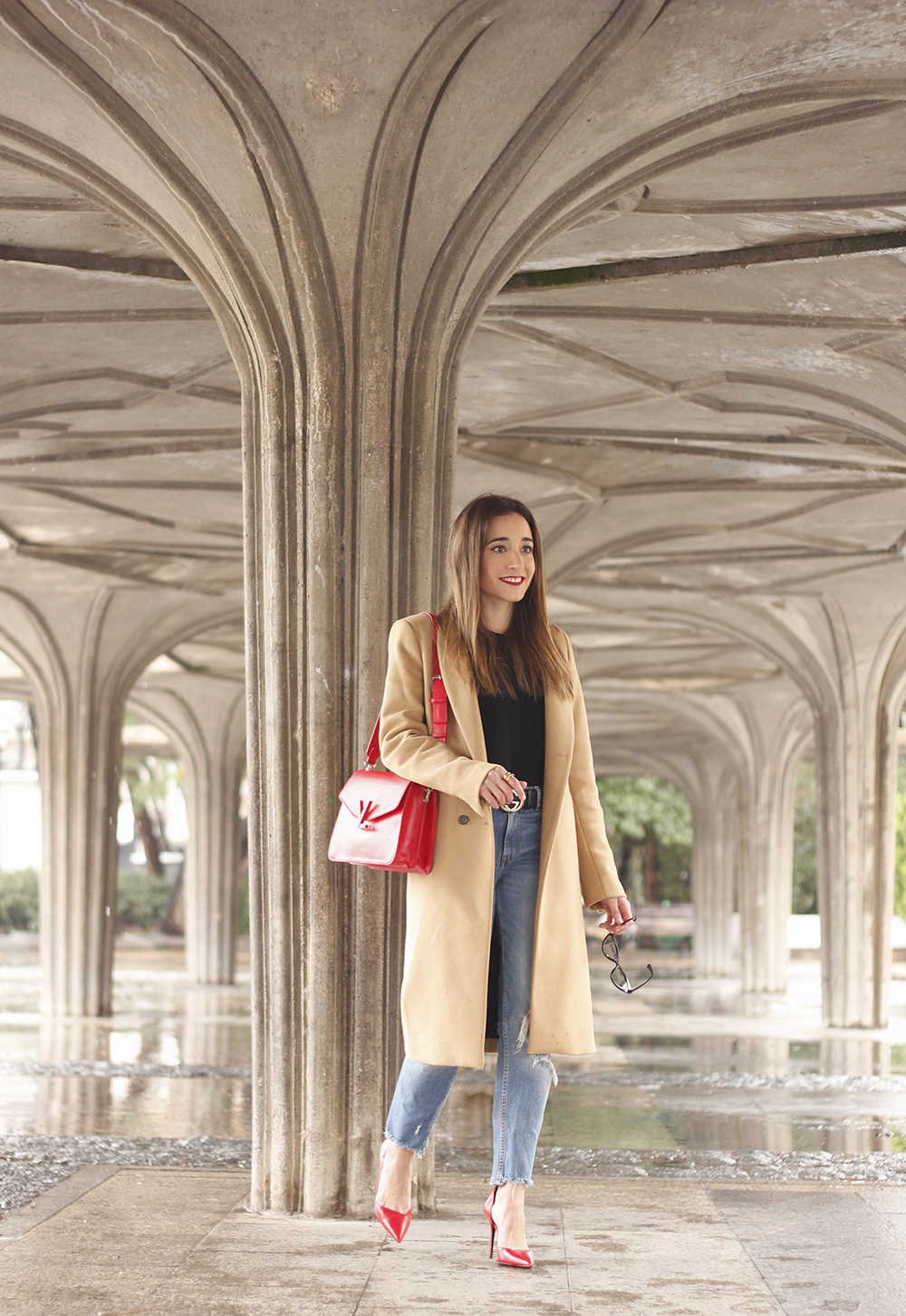 camel coat red valentinobags black outfit winter style fashion01
