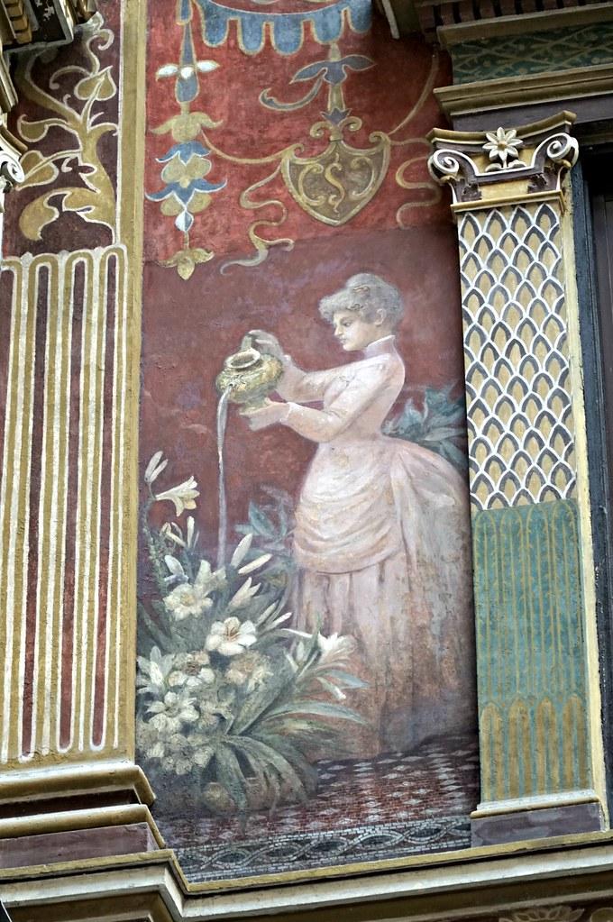Kukkia kasteleva nainen Galleria Sciarrassa