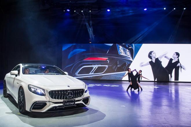 舞者透過VOUGUING前衛風格舞蹈與現場螢幕互動,虛實之間發揮極致戲劇張力,一如 The new S-Class Coupe 將力與美完美的結...