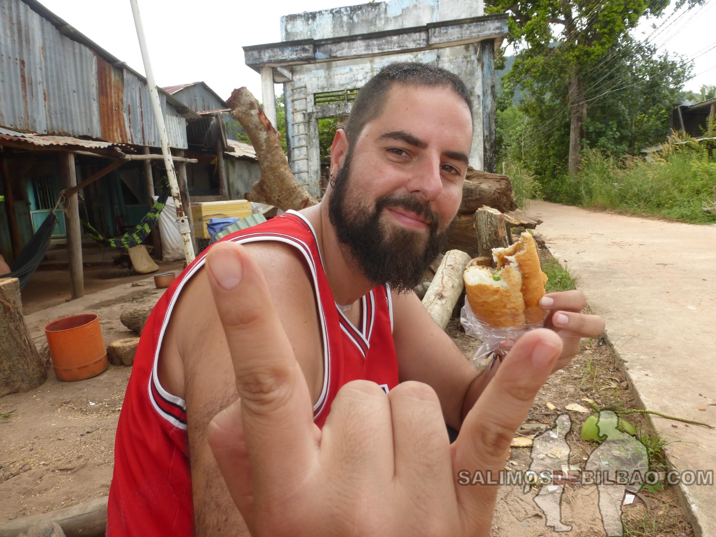 0111. Katz, comiendo Banh Mi, Phu Quoc