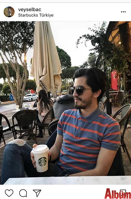 Veysel Baç, Starbucks'ta keyif kahvesi eşliğinde günün yorgunluğunu attı.