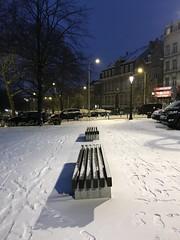 Deux bancs en lattes de bois sous la neige