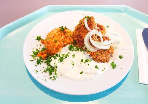 Greek Bifteki with fresh onions, tzatziki & tomato rice / Griechische Bifteki mit frischen Zwiebeln, Tzatziki & Djuvecreis