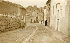 Ávila. Calle Conde Don Ramón, arco del Puente Adaja. - Tarjeta postal , Post Card KLTD, c. 1910. Colección José Luis Pajares