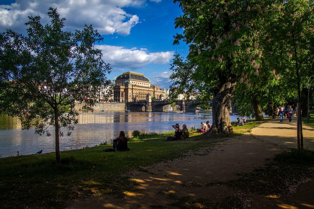 Vue sur l'Opéra National de Prague depuis l'une des îles de la Vltava.
