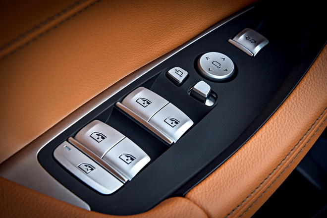[新聞照片五] 全新BMW X3 xDrive20i標準配備高質感霧銀鍍鉻按鍵組。
