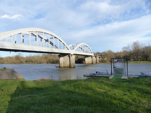 Josse, Landes: pont de Marquèze sur l'Adour et ponton privé.