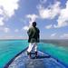 7. Abdulla, en la proa de la barca recorriendo con nosotros las playas vírgenes de Maldivas