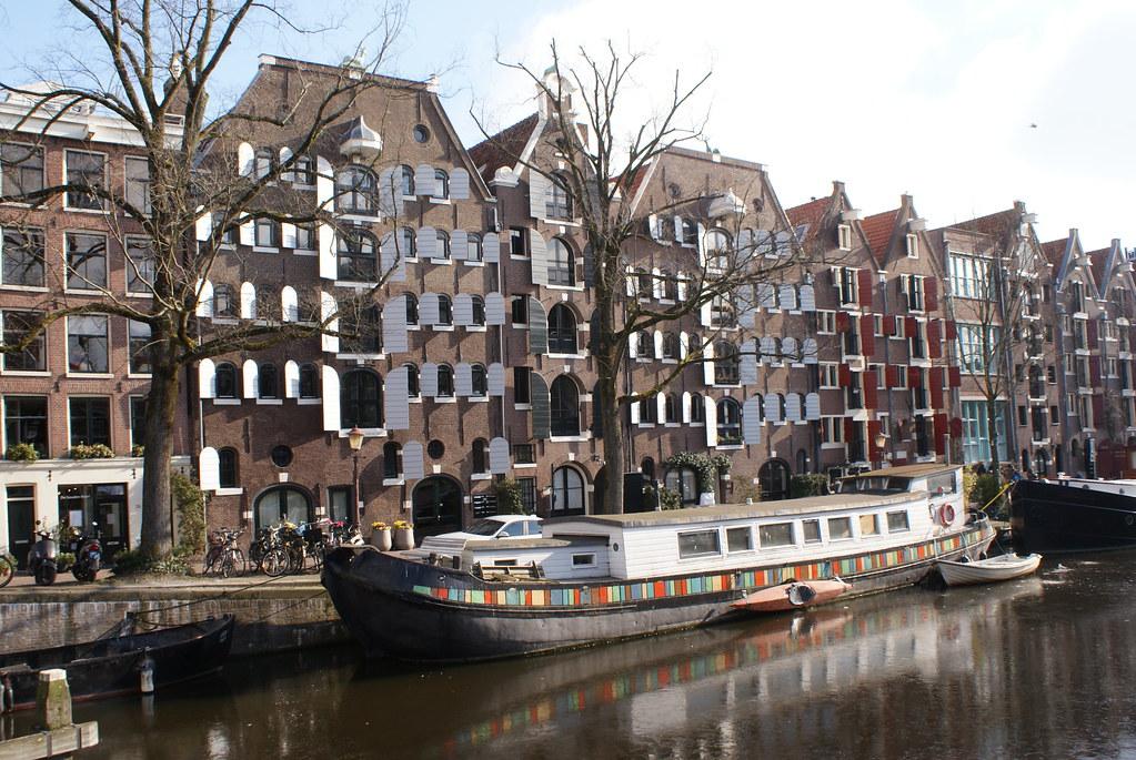 Anciennes entrepôts transformés en appartement dans le quartier de Jordaan à Amsterdam.