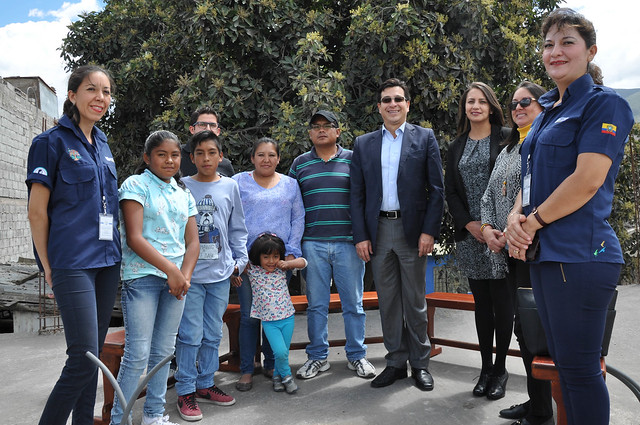 Visita del Ministro de Educación, Fander Falconí, al hogar de la familia Aguirre en San Antonio de Pichincha (Plan Toda una Vida)