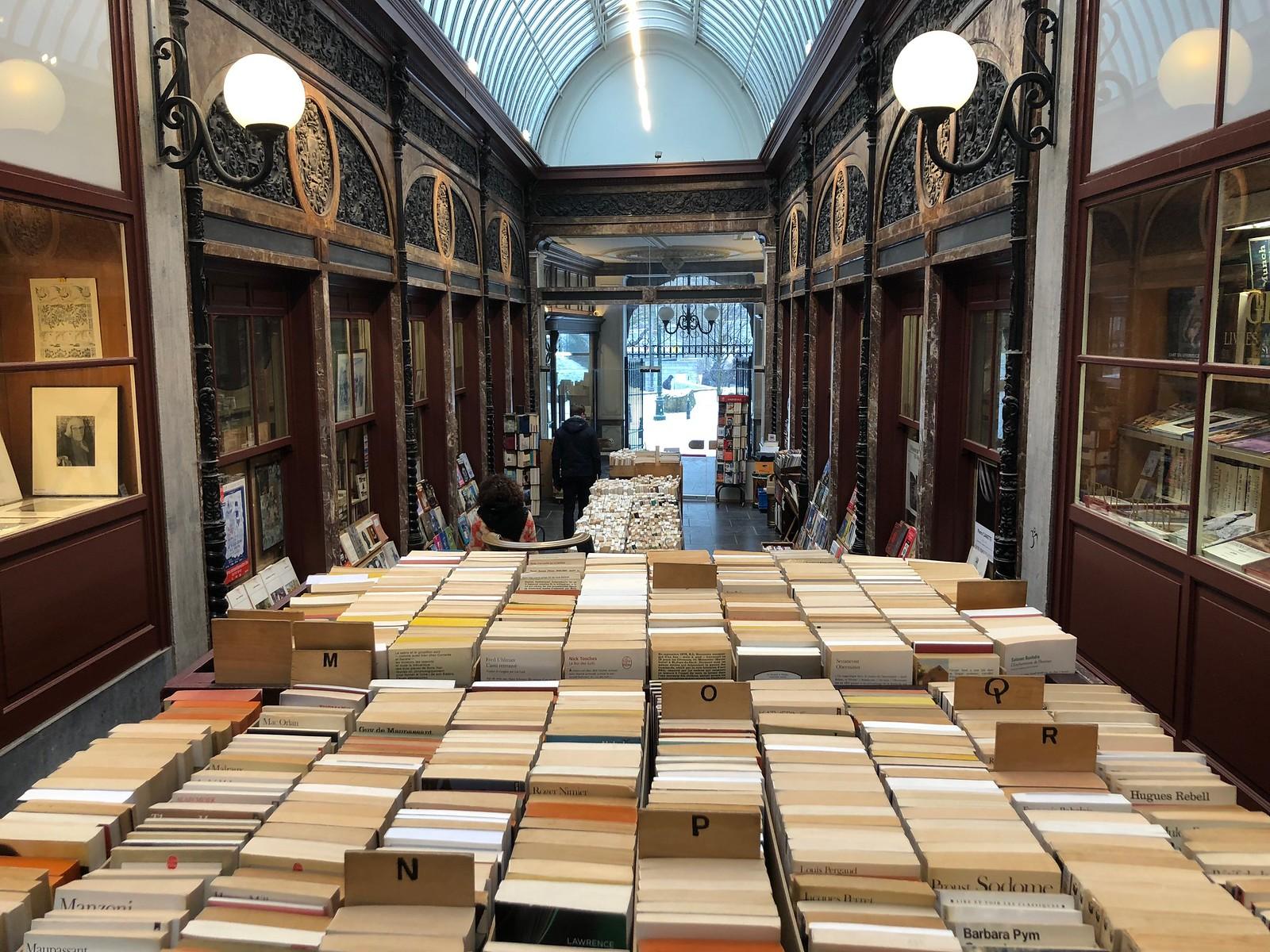 Libros expuestos en mitad de una galeria