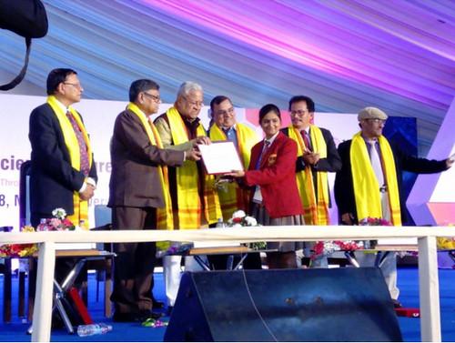 मणिपुर विश्वविद्यालय में आयोजित राष्ट्रीय किशोर विज्ञान कांग्रेस में पुरस्कार प्राप्त करते हुए यशी गुप्ता