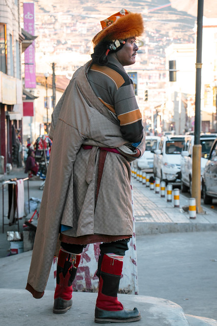 a man with tibetan ethnic costume and beautiful hair accessories 民族衣装とカムの伝統的髪飾りを付けた男性