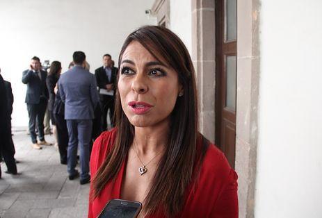 1.- Arlina Adame Correa, aunque no tiene antec edentes negativos tendrá que cargar con el pesado lastre de corruptelas y fechorías que cometieron los priístas que gobernaron esta ent