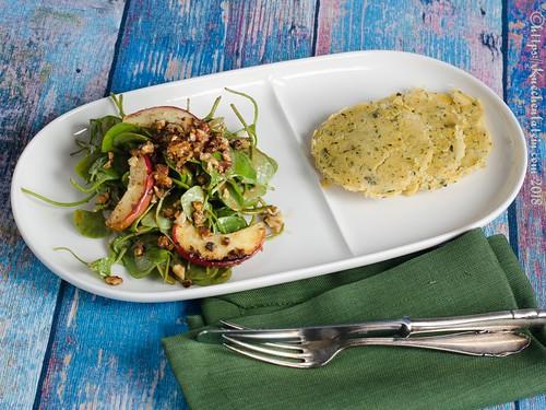 Walnuss-Salat mit Apfel und Ofenpanelle