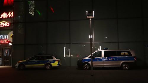 Aktuelle Polizeimeldungen für Dresden, Mitteldeutschland und die Welt,  in der Nacht zum Freitag hat sich ein 38 Jahre alter Autofahrer im Dresdner Süden eine Verfolgungsjagd mit der Polizei geliefert, nun stehen die Polizeiautos in Dresden 0544
