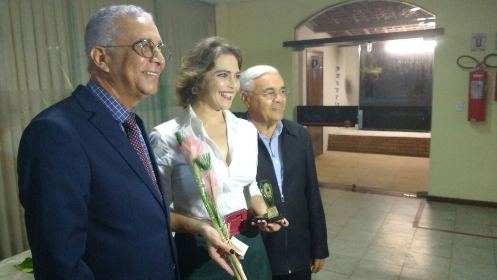 Atriz Titina Medeiros recebendo do Sr.Kerginaldo Jacó Medeiros