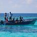 9. Pescadores de Maldivas saludándonos desde su barco