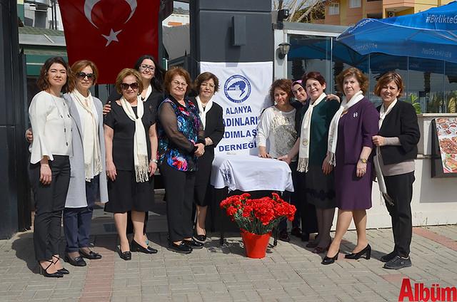 Alanya Kadınları Yardımlaşma Derneği Başkanı Nurcan Okan ve Yönetim Kurulu Üyeleri hep birlikte hatıra fotoğrafı çektirdi.