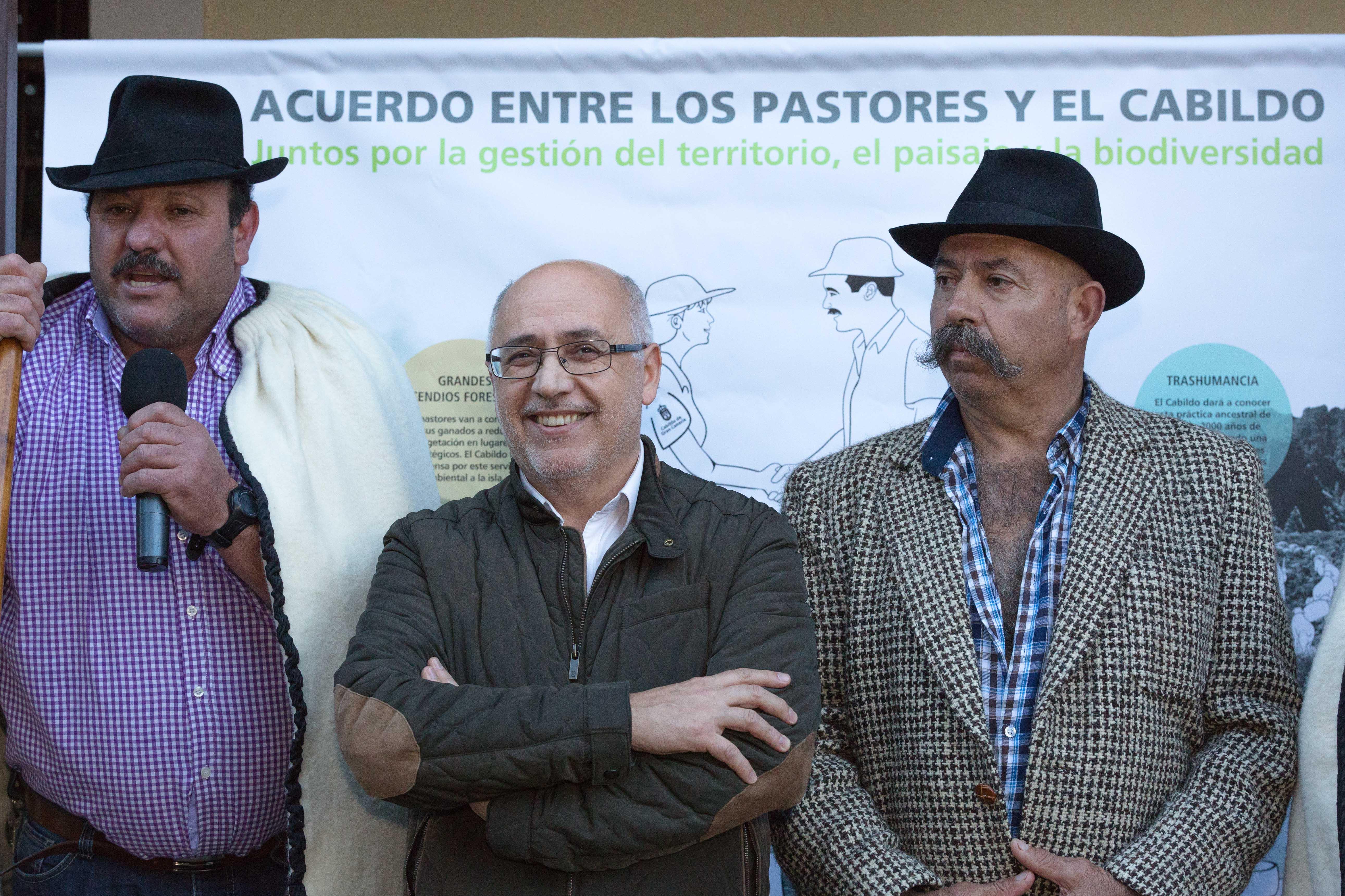 Presentación del acuerdo histórico entre el Cabildo y los pastores para luchar contra los incendios y retirar el ganado asilvestrado.