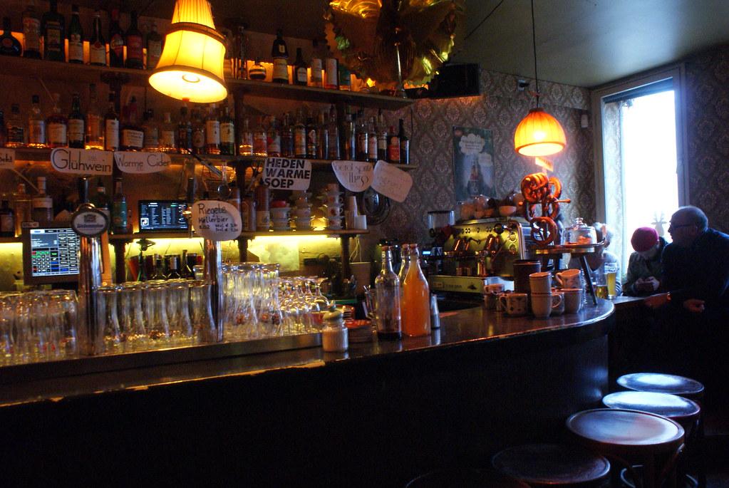 Café insolite : Comptoir du café Brecht à Amsterdam.