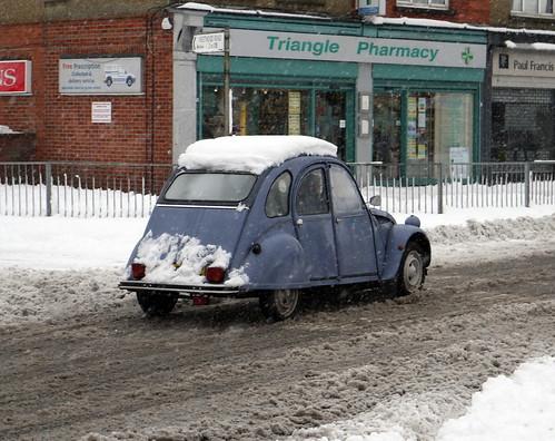 Citroën_2CV_in_snow_at_Tilehurst,_Berkshire,_England