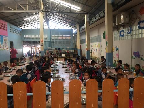 正在用餐的普通校区幼儿园的孩子们