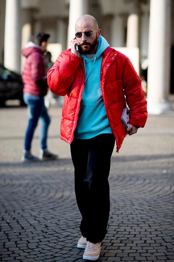 赤ダウンジャケット×ターコイズプルオーバーパーカー×黒ベロアパンツ×Nikeエアフォース1ベージュ