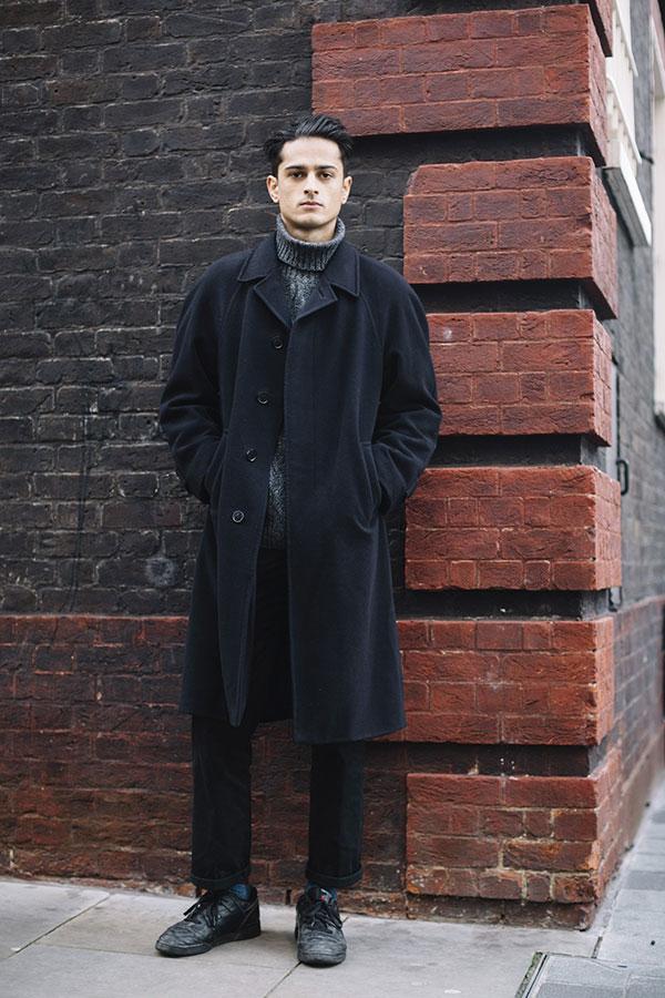 黒ロングコート×グレータートルネックニット×黒パンツ×リーボッククラシックレザー黒