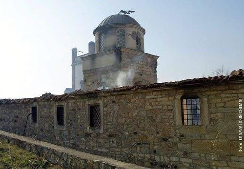Spaljena-crkva-u-Pristini