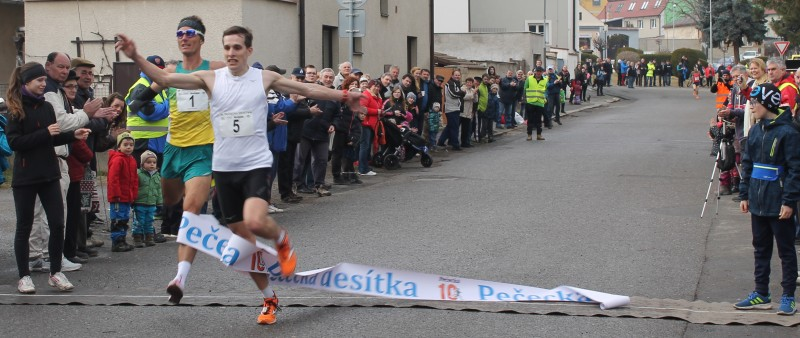 Těsný finiš v Pečkách pro Janů, traťový rekord pro Vrabcovou Nývltovou