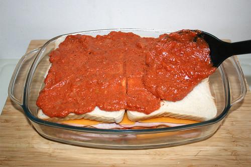 35 - Tomatensauce auftragen / Add tomato sauce