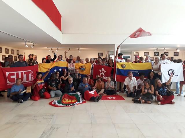 Representantes de segmentos populares reunidos em ato na Embaixada da Venezuela, em Brasília (DF) - Créditos: Cristiane Sampaio