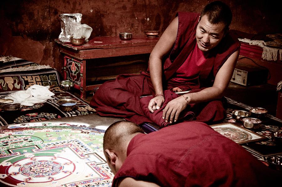 Монахи за созданием мандалы, Шей гомпа