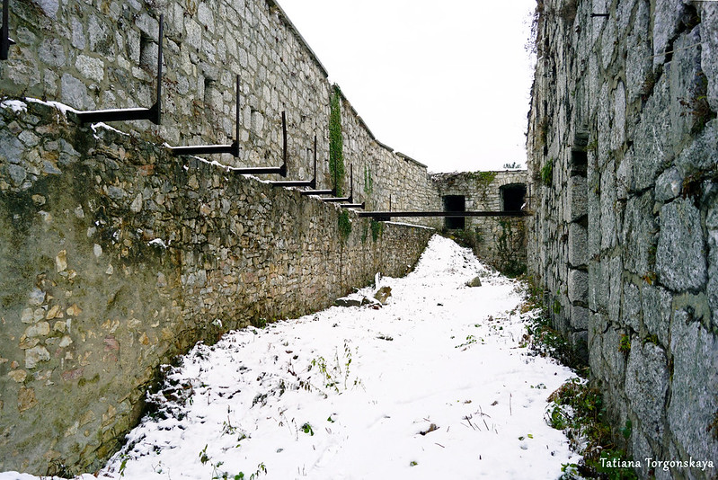 Между основным зданием и стеной крепости