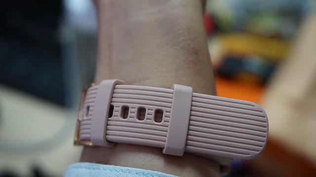 Strap Galaxy Watch bisa membuat iritasi kalau dipakai terlalu lama (Liputan6.com/ Agustin Setyo W)