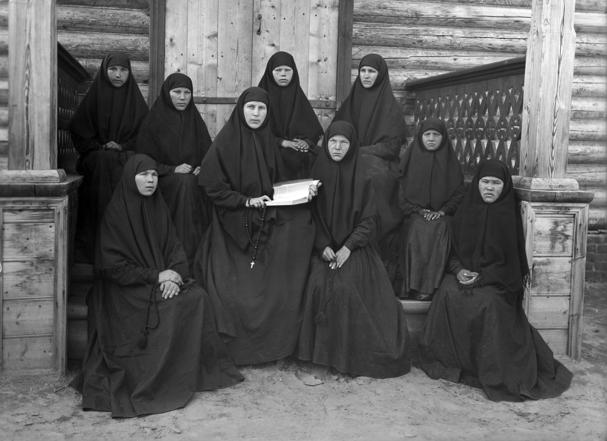 Монахини Свято-Николаевского женского монастыря возле церкви Николая Чудотворца в селе Подлесово, 1904