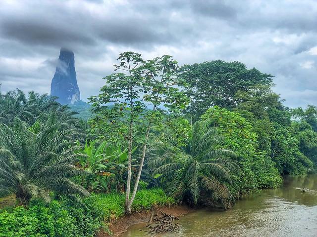 Paisaje de Santo Tomé y Príncipe (Pico Cao Grande al fondo)