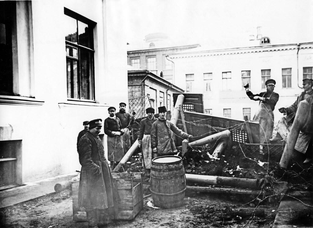На первых баррикадах в районе общежитий Московского университета