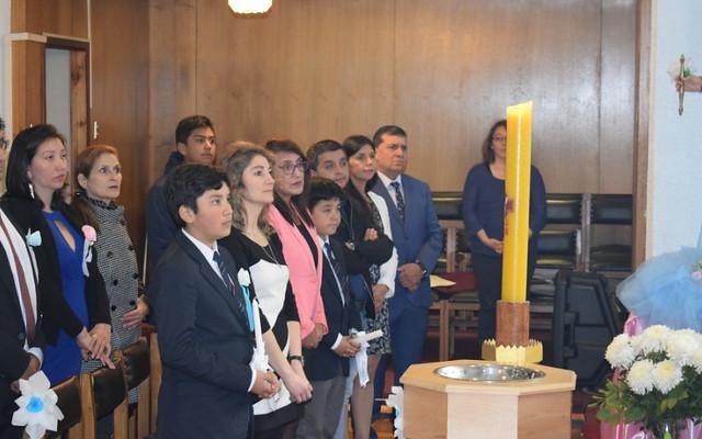 Estudiantes realizan el Sacramento del Bautismo