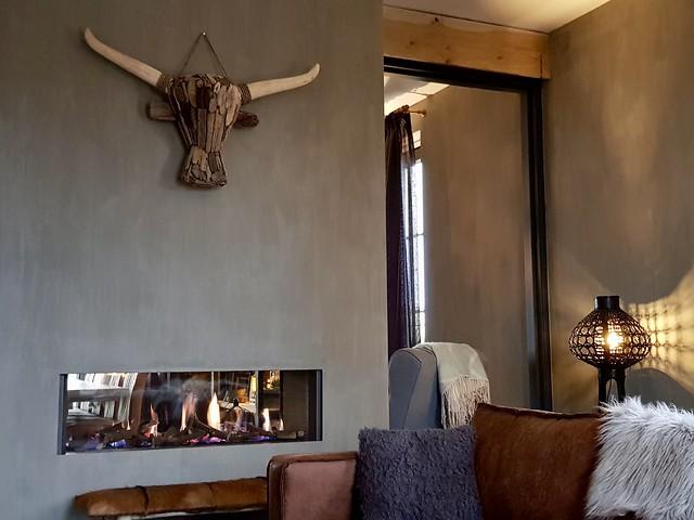 doorkijkhaard grijs gewei stoere woonkamer