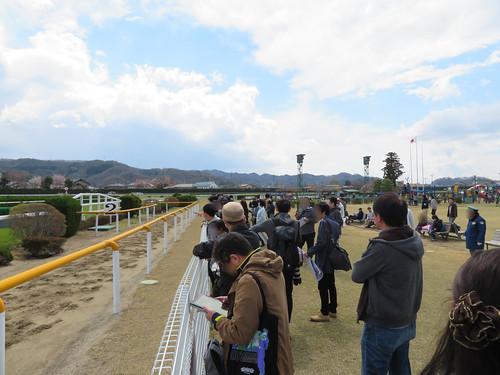 福島競馬場の障害コースに徐々に集まる人々
