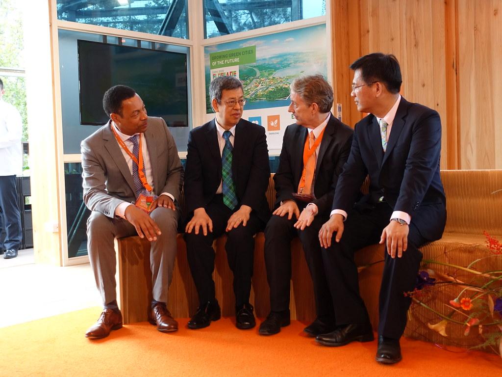 副總統陳建仁、荷蘭駐台代表紀維德、台中市長林佳龍、荷蘭阿梅爾市長維溫德在花博荷蘭館體驗循環建築。賴品瑀攝。