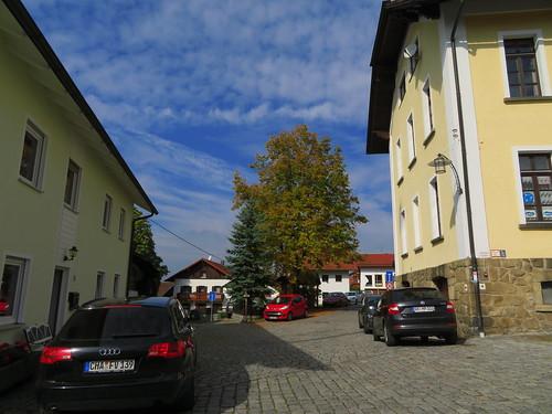 20170929 02 492 ostbay Rattenberg Wolken Weg Häuser Kirche TurmUhr Herbst Baum